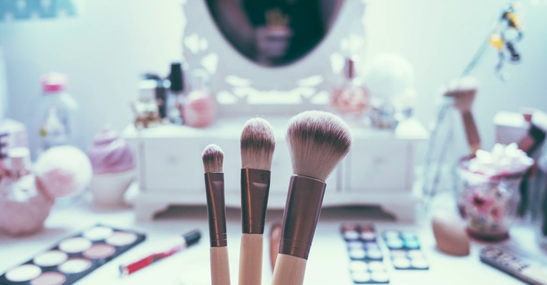 Des cosmétiques féminins