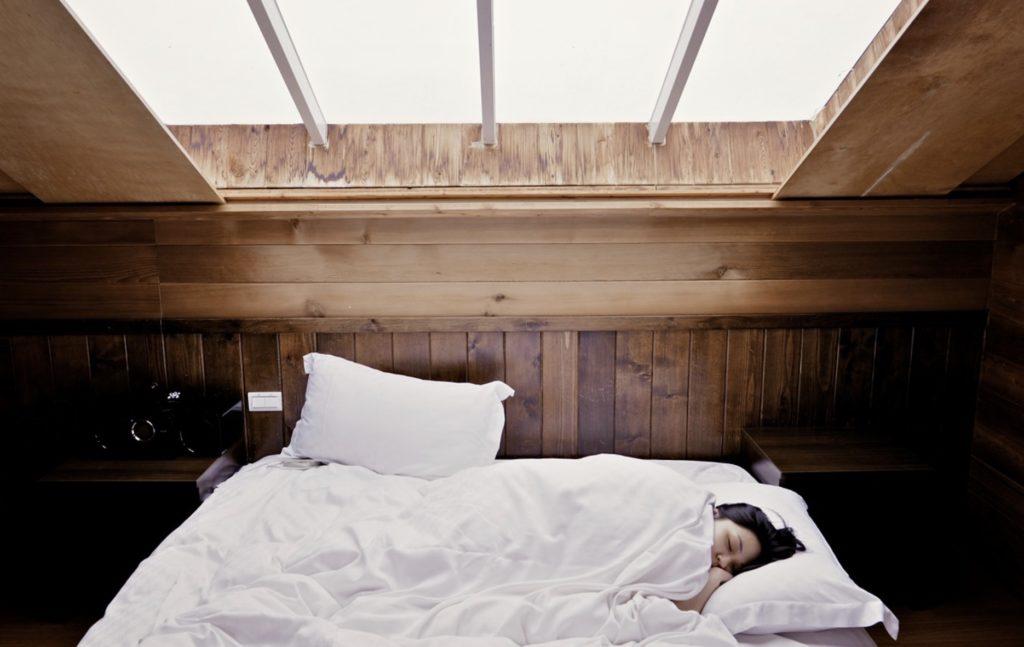 Une femme dort paisiblement