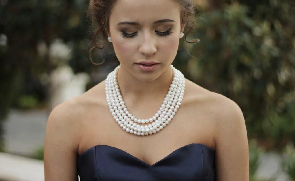 Un collier pour une femme
